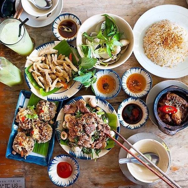 Quán phục vụ món ăn 3 miền với hơn 80 món ăn gia đình phong phú từ Bắc vào Nam.