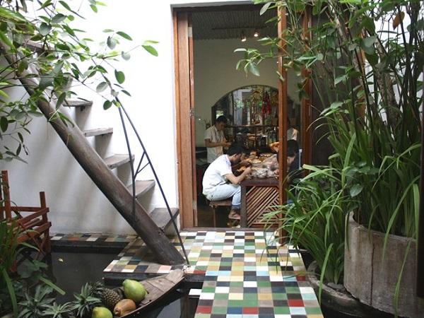 Đây là quán ăn của một kiến trúc sư khá nổi tiếng ở Sài Gòn và là nơi mà cặp đôi Angelina Jolie - Brad Pitt đã đến ăn trong chuyến ghé thăm Việt Nam.