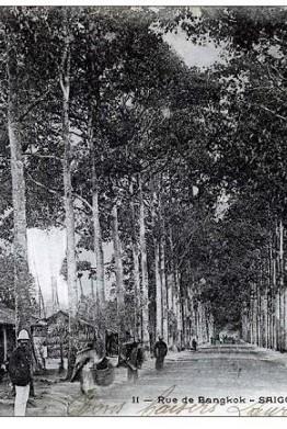 Đường Bangkok (Mạc Đĩnh Chi hiện nay) chụp từ đại lộ Norodom (đường Lê Duẩn hiện nay) cuối thế kỷ 19 được xây dựng từ bức tường thành Gia Định bị Pháp đánh chiếm 1859. Dãy nhà  ngói, nhà lá bên trái ảnh hiện là khuôn viên trụ sở Tòa lãnh sự Hoa Kỳ ở TP.HCM - Ảnh tư liệu