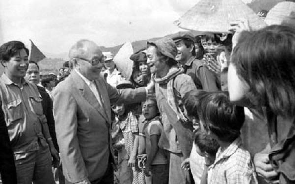 Đồng chí Võ Chí Công trong thăm hỏi nhân dân tỉnh Quảng Nam - Đà Nẵng (tháng 11/1989). Ảnh: TTXVN