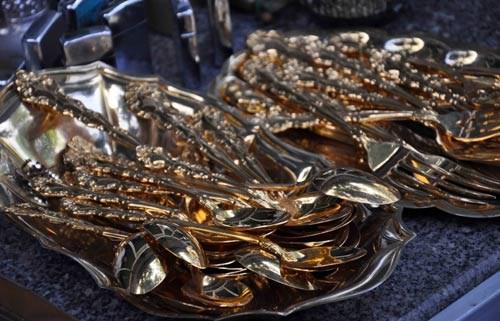Bộ muỗng nĩa dát vàng có giá vài ngàn đô la Mỹ.
