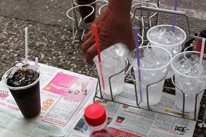 Đồ uống thường được pha sẵn và mang tới bằng những khay sắt di động. Ảnh: Zen Nguyễn.