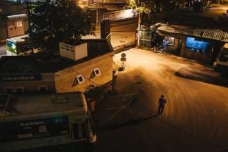 Tại bến xe Chợ Lớn (quận 5, TP.HCM) khi trời còn chưa sáng, các nhân viên của Hợp tác xã xe buýt đã có mặt chuẩn bị cho một ngày làm việc. TP.HCM hiện có 17 hợp tác xã vận tải hành khách công cộng, quản lý gần 2.000 xe buýt, vận chuyển 80% số lượng hành khách sử dụng xe công cộng.