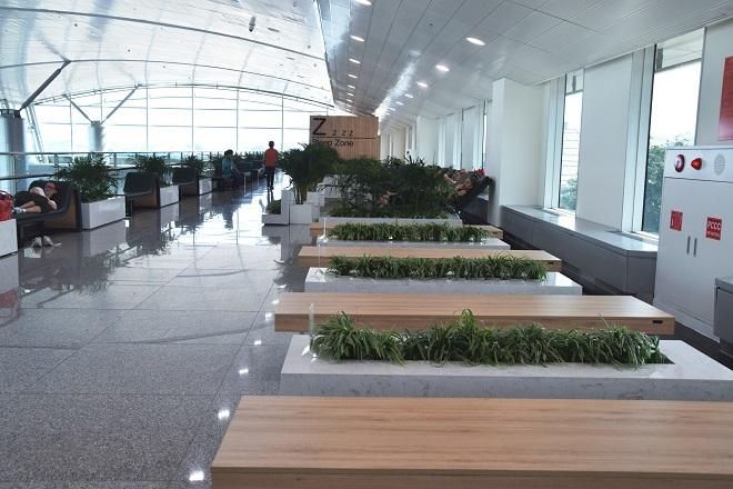 Khu vực chờ thuộc nhà ga mở rộng, có không gian hiện đại, cây xanh, ghế gỗ và 20 ghế ngủ miễn phí được bọc da cho hành khách nghỉ ngơi trước chuyến bay.