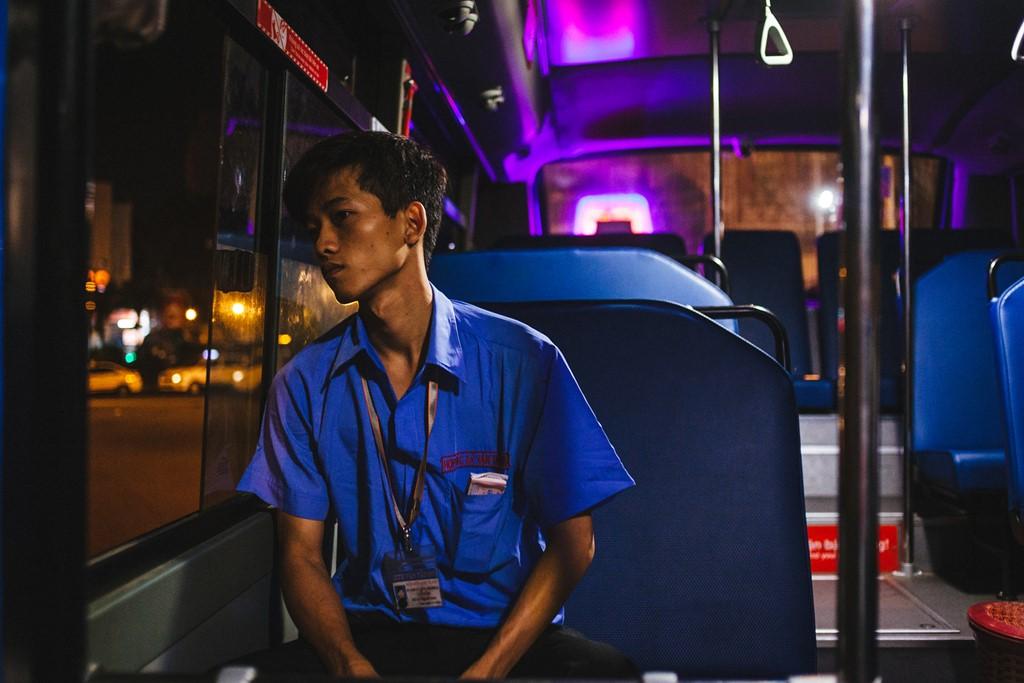 Tuấn (phụ xe, 21 tuổi) thảnh thơi nhưng vẫn trong tâm trạng thèm ngủ. Thanh niên này cho biết, chỉ sau một giờ xe xuất bến, anh ta sẽ phải chen chúc với khách để soát vé, thu tiền.