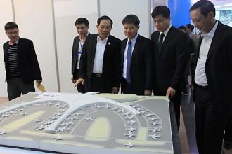 Lãnh đạo Bộ Giao thông Vận tải xem xét các phương án kiến trúc sân bay Long Thành. Ảnh: Đ.Loan