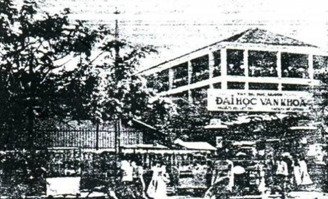 Cổng Trường đại học Văn khoa (nay là Trường ĐH KHXH&NV TP.HCM) trên đường Cường Để (nay là Đinh Tiên Hoàng, Q, 1, TP.HCM) - Ảnh tư liệu