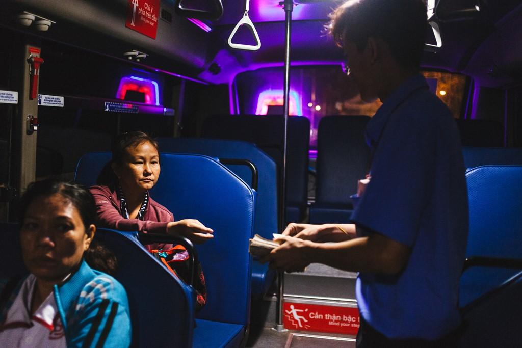 Giá vé đi xe buýt ở Sài Gòn hay Hà Nội đều phù hợp với túi tiền của người lao động. Đó là lý do người có thu nhập thấp, sinh viên thường sử dụng loại hình giao thông công cộng này.