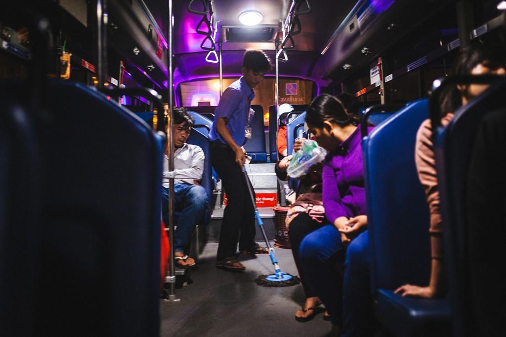 Xe buýt thường bị nhiều người chê nhếch nhác, chen lấn, ngột ngạt và điểm đỗ không tiện lợi nên ngại sử dụng. Điều đó khiến các phụ xe thường xuyên phải cố gắng làm sạch sàn ôtô.