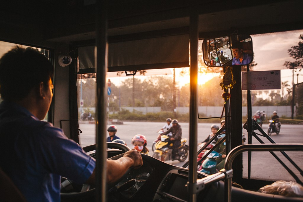 Anh Khánh (quê ở Thái Bình) làm tài xế xe buýt đã 5 năm nay tại TP.HCM. Anh chia sẻ, nghề này vất vả, khó khăn nhưng bù lại giúp anh nuôi được gia đình nhỏ của mình ở đất khách quê người.