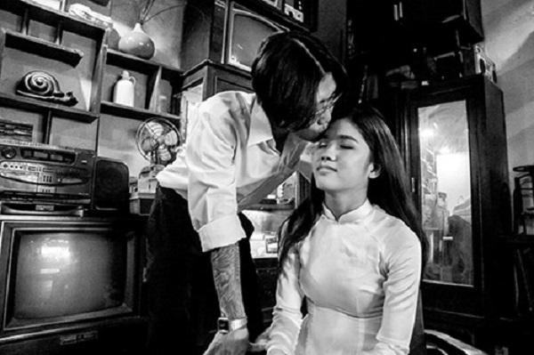 Đặc biệt để có mái tóc bổ luống, chú rể Thanh Duy đã phải chờ gần 3 tháng cho tóc đủ dài để phù hợp với ý tưởng.