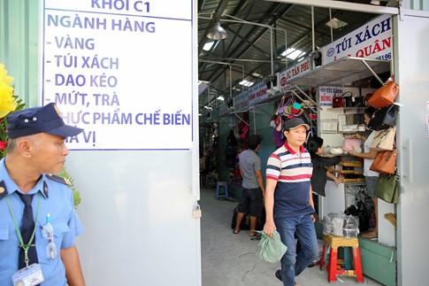 Để người dân dễ tìm kiếm hàng hóa, trước mỗi khu đều có ghi mặt hàng buôn bán