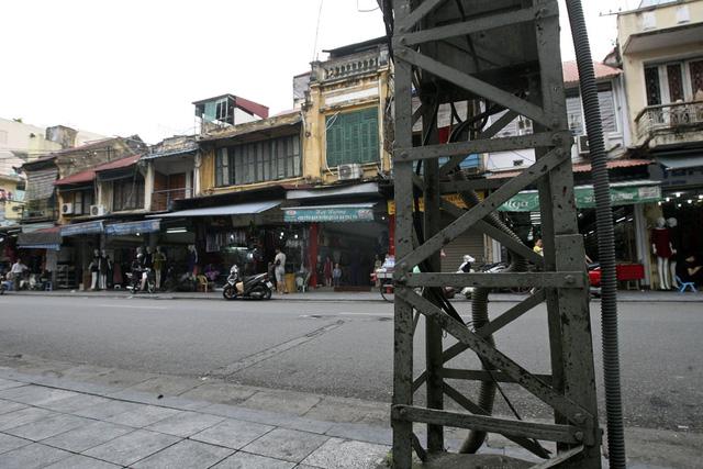 Một chiếc cột đèn ở dãy phố Hàng Đường cổ kính, thường xuất hiện rất nhiều trên tranh ảnh về Hà Nội xưa.