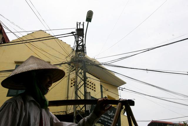 Cột điện sắt trên phố Ngõ Gạch. Trước kia, cột điện ở Hà Nội thường được gọi là cột đèn vì trên mỗi cột đều có gắn đèn chiếu sáng công cộng.