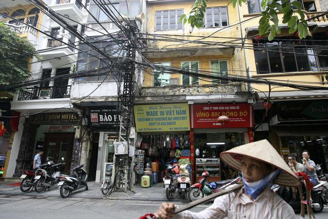 Một chiếc cột điện khác trên phố Hàng Bạc. Hiện dãy phố này vẫn còn 2 chiếc.