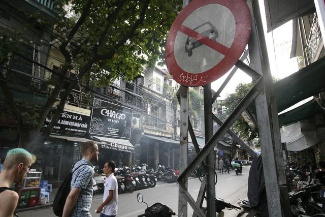 Chiếc cột điện sắt trên phố Hàng Buồm.