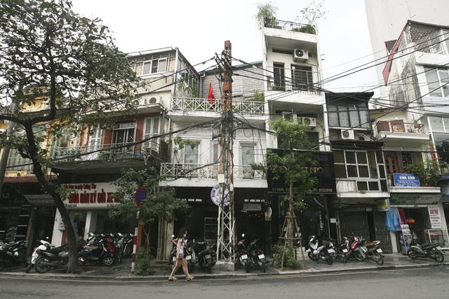 Cây cột điện sắt lâu đời trên đoạn ngã ba phố Hàng Bông và Phùng Hưng (quận Hoàn Kiếm). Suốt dọc phố Hàng Bông hiện nay còn lại 3 chiếc cột đèn loại này.