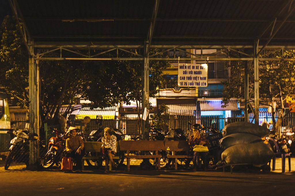4h30, nhiều khách đã ngồi chờ chuyến xe đầu tiên xuất phát. Họ đa phần là những người lao động nghèo, đi buôn bán hoặc làm thuê mướn.
