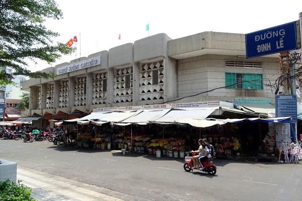 Đường Đinh Lễ (quận 4) chỉ dài 56m. Toàn bộ con đường này là không gian của chợ Xóm Chiếu. Ngôi chợ này còn là một trong những điểm ăn uống nổi tiếng của Sài Gòn.