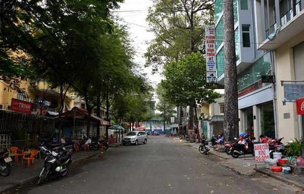 Chỉ dài hơn con đường Nguyễn Thiệp một chút là đường Hưng Long (Quận 10), dài 92m. Đường bị giới hạn bởi đường Nguyễn Chí Thanh và Đào Duy Từ, nằm đối diện với nhà máy bia Sài Gòn. Không ai rõ con đường này có từ khi nào. Con đường ngắn nhìn như một con phố nhỏ rất yên bình.