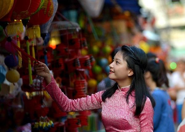 Người dân nơi đây chủ yếu sản xuất và bán lồng đèn. Những chiếc đèn lồng, mái nhà xưa cũ khiến nhiều người liên tưởng đến giống khu phố cổ Hội An khi đi vào con đường Phú Định nhất là vào dịp lễ Tết Trung Thu.