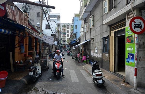 Ở vị trí thứ 3 là con đường Phú Định (quận 5), dài khoảng 65m, nằm giữa 02 con đường Nguyễn Án và đường Lương Nhữ Học. Nổi bật là đền Phú Nghĩa Hội quán, thờ Trần Thương Xuyên - người có công đưa người Hoa định cư ở miền Nam từ năm 1679. Con đường này thuộc khu vực sinh sống của cộng đồng người Hoa tại TP.HCM cũng như là một phần của Chợ Lớn ngày xưa.