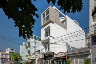 Những ngôi nhà ống hẹp là tồn tại tất yếu của sự phát triển xã hội và quy hoạch đô thị chiến thuật ở Việt Nam, đặc biệt là ở thành phố Hồ Chí Minh, nơi mật độ dân số là rất nhỏ gọn. Ngôi nhà ống hẹp này được xây dựng trên một khu đất có diện tích 3,5m x 18m trong một khu vực đô thị ở Quận 7, thành phố Hồ Chí Minh. Nhu cầu của chủ nhà là tạo ra một không gian sống linh hoạt cho việc sử dụng, đơn giản và phù hợp với khả năng kinh tế của một gia đình trẻ.