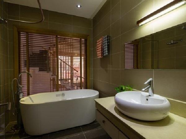 Căn phòng tắm nằm sâu bên trong cũng chỉ cần lắp đặt đèn tiết kiệm điện vì tận dụng được ánh sáng từ cửa trước.