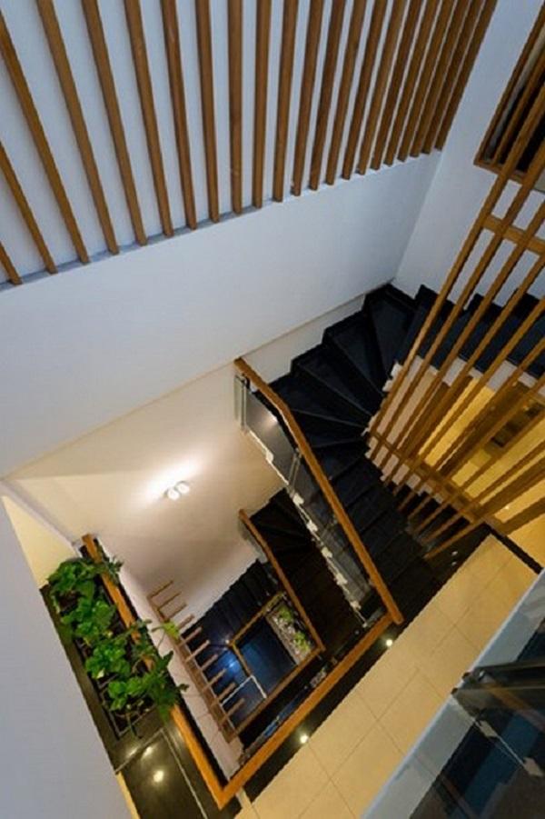 Những khu vực trống không chỉ là nơi chuyển tiếp mà còn là trung tâm của ngôi nhà. Các vị trí mở được trang bị nội thất bắt mắt làm điểm nhấn. Tất cả mọi thứ đòi hỏi xử lý chi tiết trong cấu trúc và đề cao các loại nội thất đơn giản, sáng màu. Hơn nữa, các đồ nội thất được mua theo kế hoạch lên từ đầu, không quá xa hoa nhưng vẫn đảm bảo sự hài hòa trong mấy tầng nhà. Màu sắc cũng được lựa chọn thống nhất để tạo nên một không gian sống hoàn chỉnh.