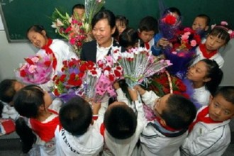 Học trò tôn vinh và bày tỏ lòng biết ơn với những người thầy cô giáo ngày 20/11