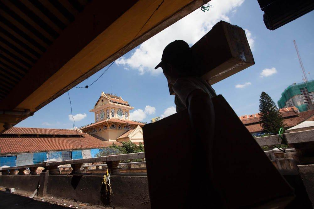 Các tiểu thương đã di dời hàng hóa sang khu vực chợ tạm, trả lại mặt bằng để phục vụ cho việc trùng tu lại ngôi chợ cổ lớn nhất Sài Gòn.