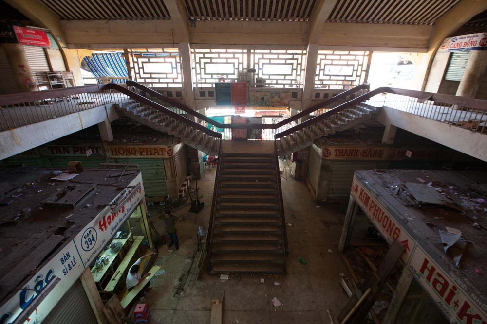 Hầu hết các sạp đã được các tiểu thương di dời đi, trả lại mặt bằng cho Ban quản lý chợ.
