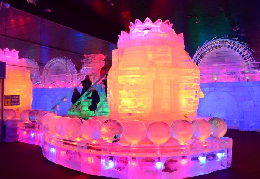 Nhiều công trình điêu khắc bằng băng được phối với ánh đèn nhiều màu sắc, tạo nên một không gian hết sức huyền ảo, lạ mắt.