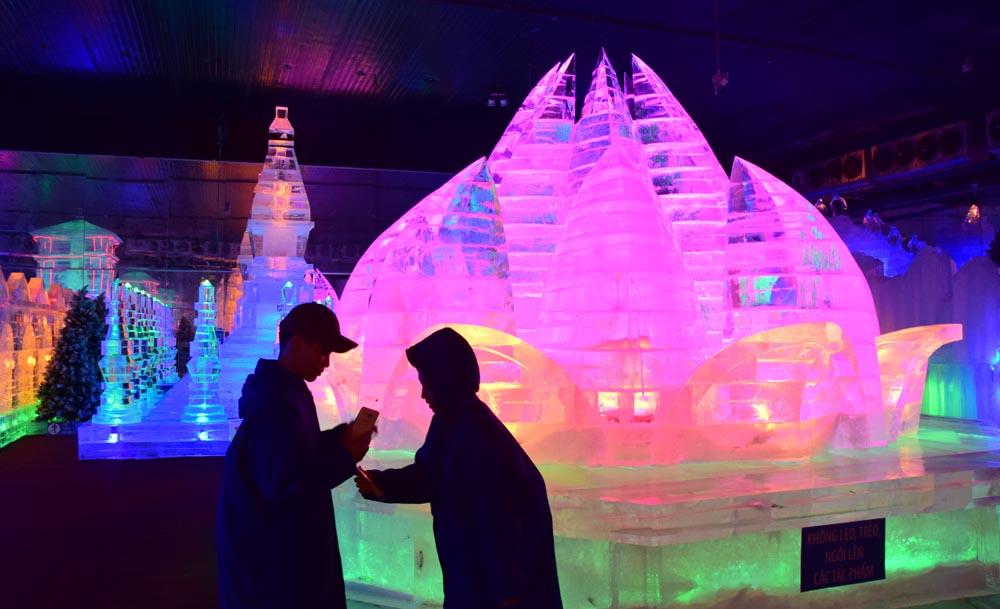 Nhiều người cảm thấy rất thích thú dưới cái lạnh dưới -10 độ C và được ngắm nhiều công trình nổi tiếng ở Việt Nam và thế giới.