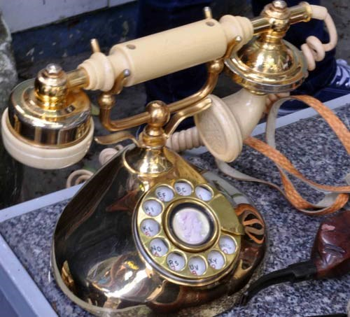 Chiếc điện thoại bàn cũ kỹ cách đây khoảng 40 năm được chủ nhân bày bán với giá 10 triệu đồng. Tuy cũ nhưng chiếc điện thoại này vẫn còn hoạt động rất tốt.