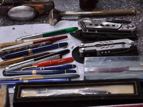 Những cây bút máy được bơm bằng mực có tuổi đời hơn 30 năm nhưng vẫn còn mới tinh và bóng loáng. Mỗi cây được bán với giá cả triệu đồng.