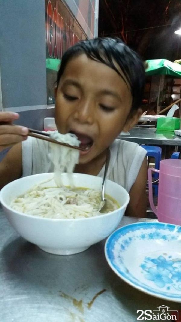 Cậu bé ngấu nghiến bát phở lần đầu tiên được ăn
