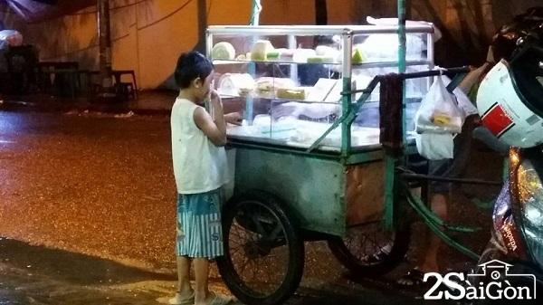 Cậu bé đứng tần ngần trước chiếc xe bán kem