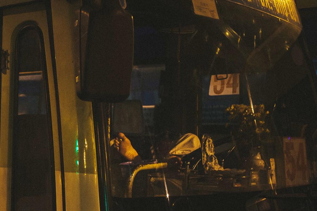 Trong khi đó, một số tài xế chưa đến giờ làm việc vẫn còn chìm trong giấc ngủ ngay trên xe của mình.