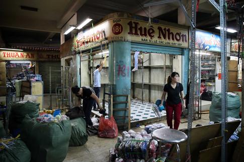 Nhiều tiểu thương ngao ngán thở dài vì thời điểm di dời sang nhà lồng chợ tạm đang là lúc chuẩn bị nhập bán hàng Tết
