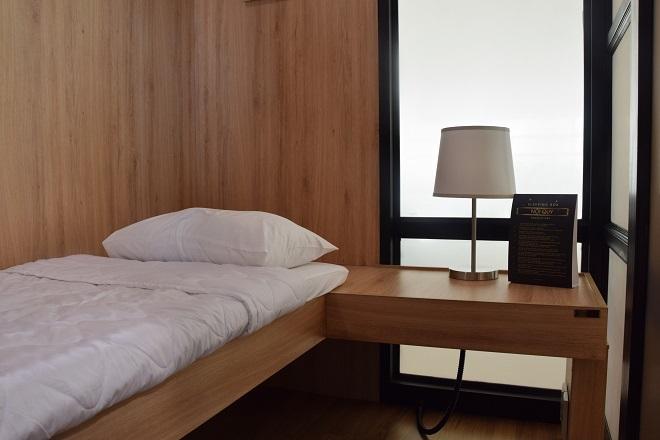 Phòng có diện tích 4m2, gồm giường ngủ, đèn ngủ, nước uống và khăn lạnh, sử dụng cho một người lớn, có thể kèm theo một trẻ em dưới 7 tuổi