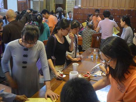 Đông đảo người dân đến tham gia làm đơn đăng ký hiến xác, mô, tạng cho y học vào tối 27-11 tại chùa Giác Ngộ. Ảnh: THANH TUYỀN