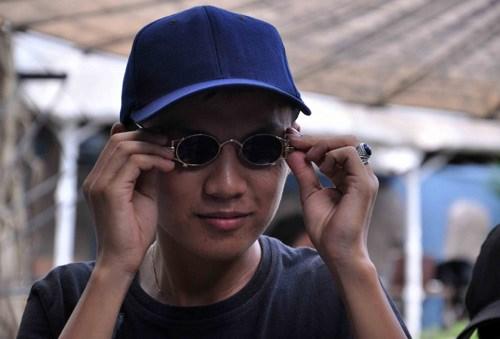Nam thanh niên thích thú với đôi kính vừa mua được. Theo anh, để tìm được đôi kính này anh đã lặn lội nhiều nơi nhưng không tìm ra.