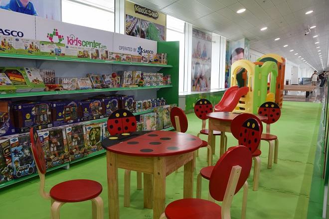 Khu vui chơi trẻ em có diện tích 40 m2, phục vụ miễn phí cho các gia đình có trẻ nhỏ, gồm bàn ghế gỗ, đồ chơi lắp ghép, cầu trượt.