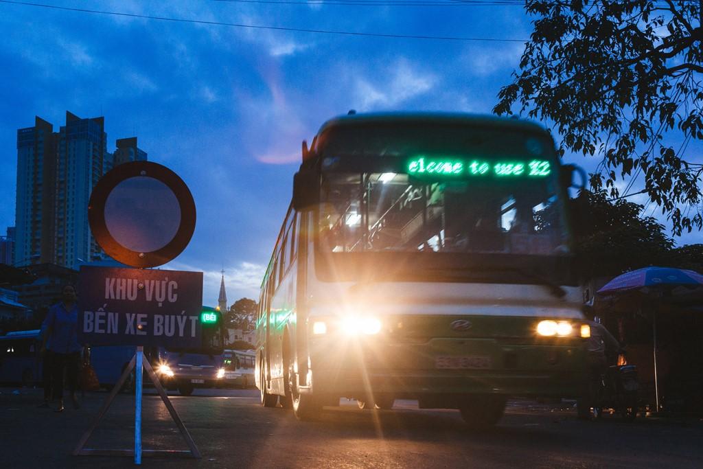 Trời tờ mờ sáng, những chuyến xe buýt đầu tiên nối đuôi nhau rời bến.