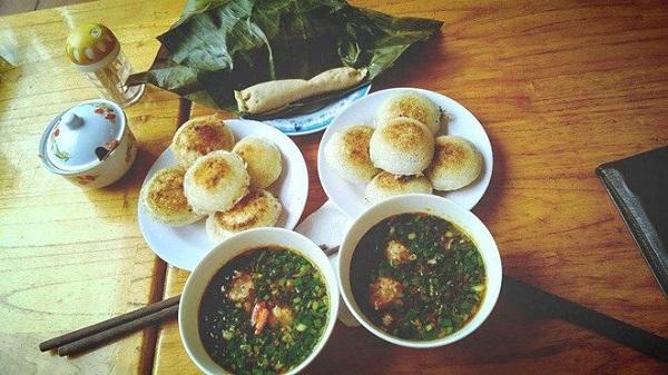 Nhiều món ngon ở Đà Lạt có vị ngọt hơn hẳn so với thói quen, khẩu vị ăn uống của người miền Bắc. Bánh căn Lệ là một trong số đó.