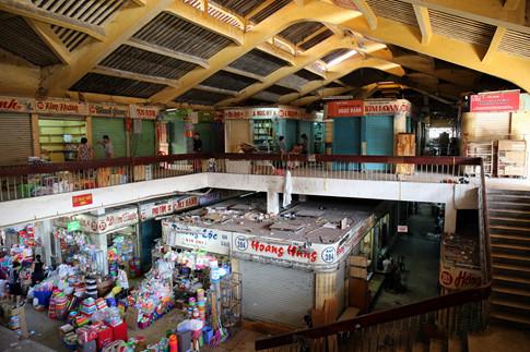 Chợ Bình Tây được xây dựng từ năm 1928, tới năm 1991 được cải tạo nâng tầng lầu 1 trên cấu trúc ban đầu gồm trệt, 1 lầu, mái ngói.
