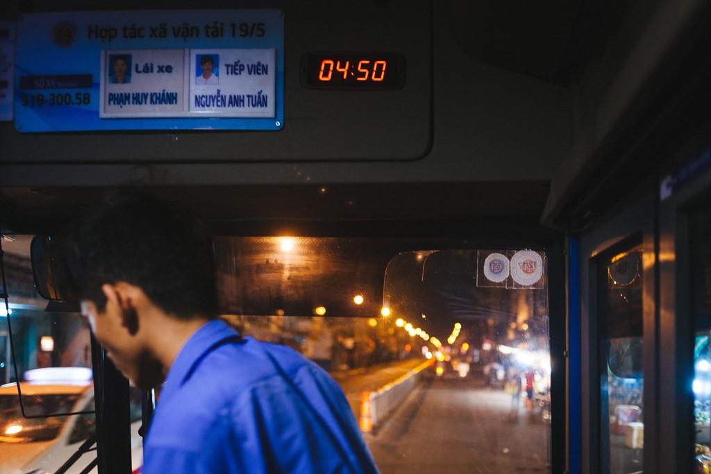 4h50, chuyến xe buýt thứ ba mang số 150 (Bến xe Chợ Lớn – Bến xe Tân Vạn) bắt đầu xuất phát. Lúc này đường phố vẫn còn sáng đèn và khá vắng vẻ người qua lại.