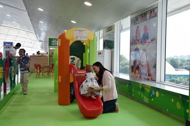 Khu vực này được trang bị thảm lót sàn, với trẻ em dưới 3 tuổi yêu cầu có người lớn chơi cùng để đảm bảo an toàn.