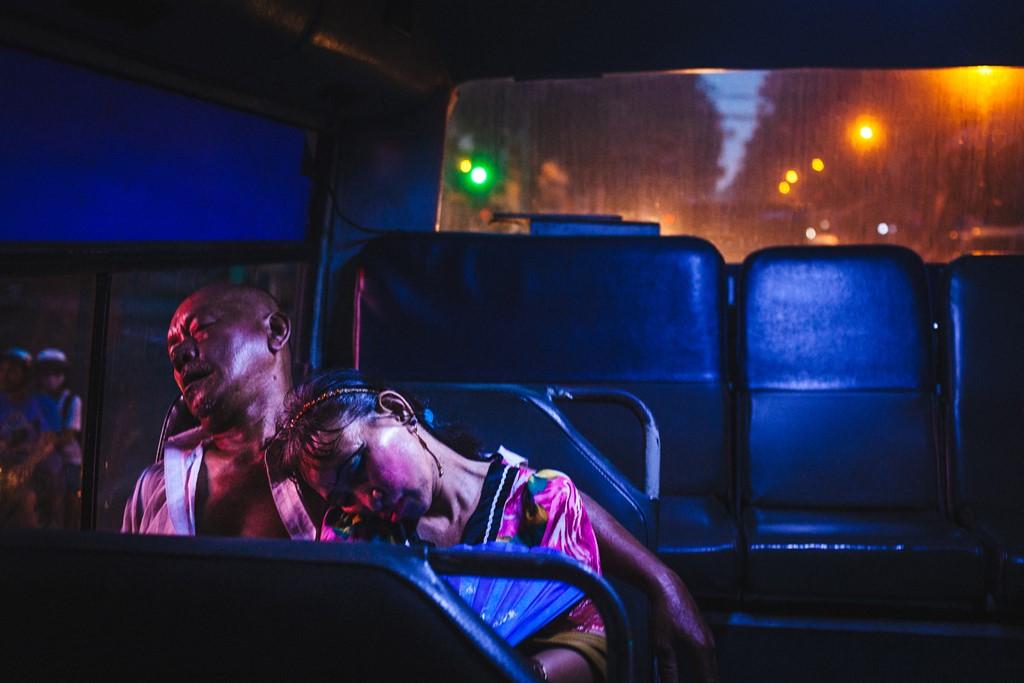 Những chuyến xe buýt buổi sớm không chỉ đưa khách đi làm mà còn là phương tiện đưa những người lao động trong đêm trở về nhà. Họ chìm vào giấc ngủ ngay sau khi lên xe vì mệt mỏi.